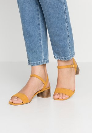 BRIGHT SQUARE TOE BLOCK HEEL - Sandály - mustard