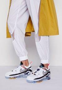 Nike Sportswear - AIR MAX VAPORMAX EVO - Trainers - white/tech grey/midnight navy/hyper blue - 0
