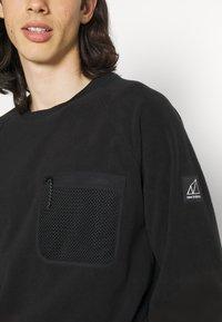 New Balance - ALL TERRAIN POCKET CREW - Fleece jumper - black - 4