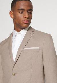 Isaac Dewhirst - THE FASHION SUIT SET - Completo - beige - 6