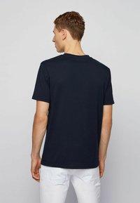 BOSS - TNOAH 1 - T-shirt med print - dark blue - 2