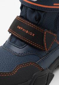 Geox - NEVEGAL BOY ABX - Zimní obuv - navy/orange - 5