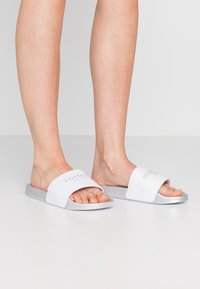 Tommy Hilfiger - GLITTER POOL SLIDE - Mules - white - 0