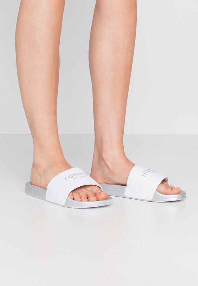 GLITTER POOL SLIDE - Sandalias planas - white