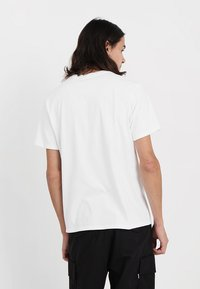 Levi's® - HOUSEMARK GRAPHIC TEE - T-shirt med print - white - 2