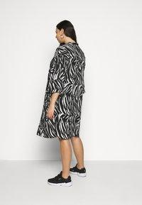 New Look Curves - ZEBRA KIMONO - Lehká bunda - black - 2