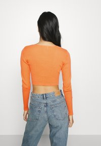 Glamorous - V NECK CROP WITH BUTTON DETAIL - Cardigan - orange - 2