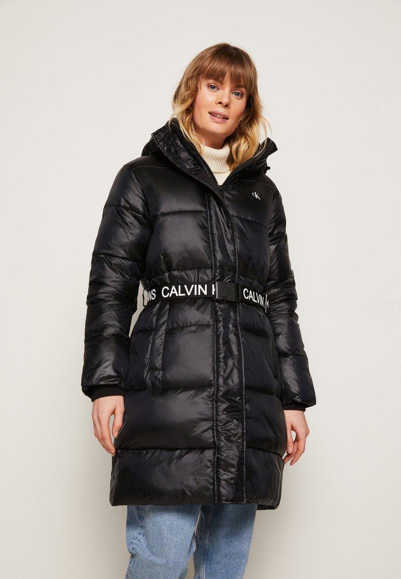 Calvin Klein Jeans - LOGO BELT WAISTED LONG PUFFER - Winter coat - black