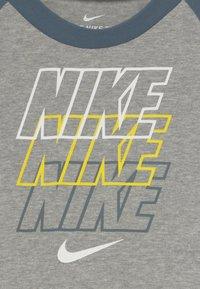 Nike Sportswear - REBRAND REPEAT TEE BABY - Camiseta estampada - grey heather - 3