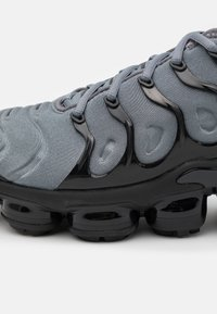 Nike Sportswear - AIR VAPORMAX PLUS UNISEX - Zapatillas - cool grey/black - 5