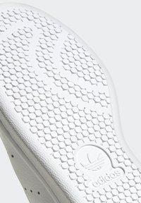 adidas Originals - STAN SMITH  - Sneakersy niskie - ftwwht/silvmt/coryel - 8