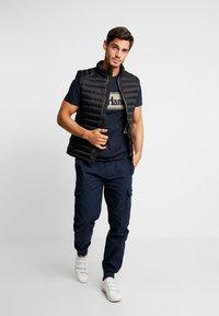 Timberland - CUT & SEW TEE - T-Shirt print - dark sapphire/elephant skin - 1