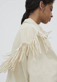 PULL&BEAR - MIT FRANSEN - Denim jacket - mottled beige - 5
