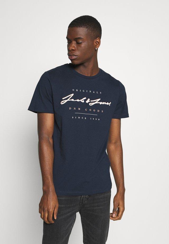 JORMARIUS TEE CREW NECK  - T-shirt imprimé - navy blazer