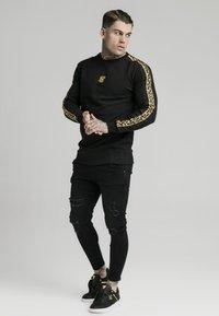 SIKSILK - SIKSILK  PANEL CREW  - Sweatshirt - black & gold - 1