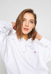 Levi's® - HOODIE - Jersey con capucha - white - 3