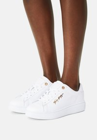 Tommy Hilfiger - SIGNATURE - Trainers - white - 0
