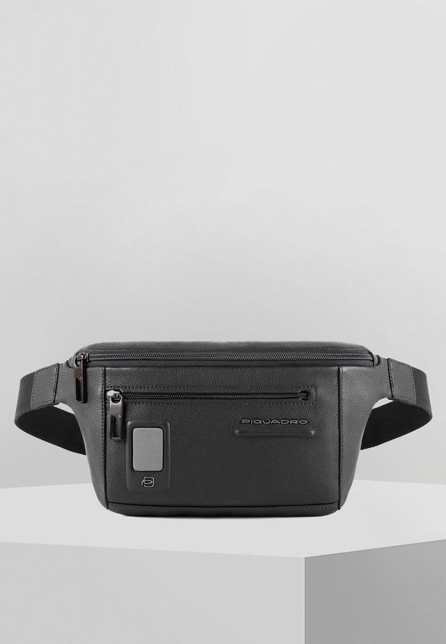 PIQUADRO AKRON GÜRTELTASCHE LEDER 30 CM - Bum bag - black