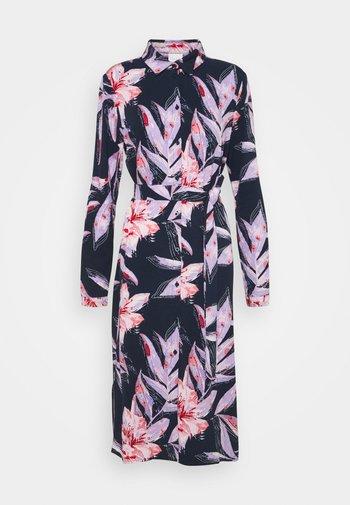 VIDANIA BELT SHIRT DRESS - Košilové šaty - navy blazer/lana