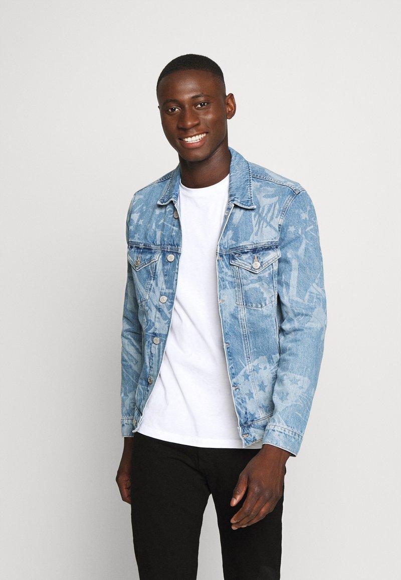 Tommy Jeans - REGULAR TRUCKER - Spijkerjas - laser light blue