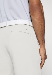 Nike Golf - FLEX HYBRID - Träningsshorts - light bone/light bone - 4