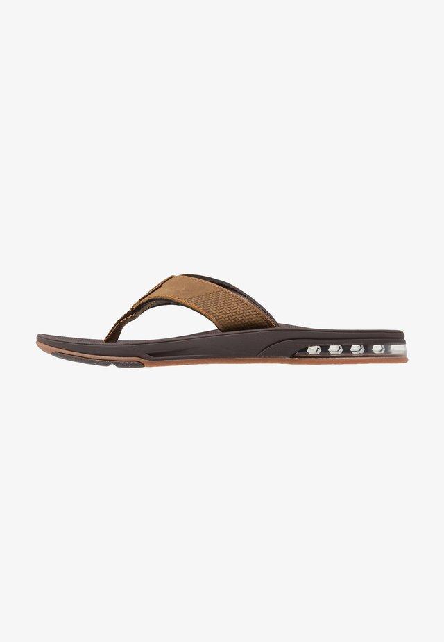 FANNING LOW - Sandály s odděleným palcem - brown