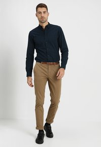 Selected Homme - SLHSLIM JAMERSON PANTS - Chinot - dark camel - 1