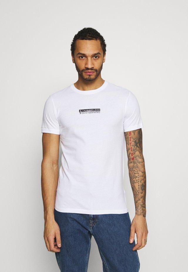 MIRROR LOGO SLIM FIT TEE - T-shirt con stampa - bright white