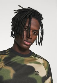adidas Originals - CAMO CALI - T-shirts print - wild pine/multicolor/black - 3