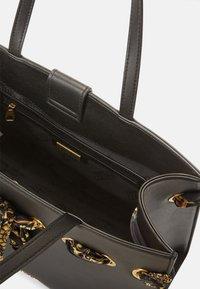 Versace Jeans Couture - PRINTED FOULARD - Torba na zakupy - nero - 7