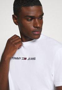 Tommy Jeans - STRAIGHT LOGO TEE - T-shirt z nadrukiem - white - 3