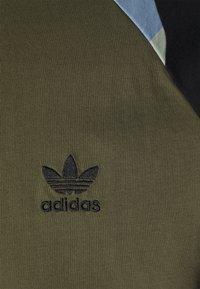 adidas Originals - CAMOUFLAGE CALIFORNIA GRAPHICS - Camiseta estampada - focus olive - 2