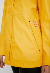 Hunter ORIGINAL - WOMENS ORIGINAL LIGHTWEIGHT RUBBERISED JACKET - Parka - yellow - 4