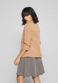Dorothy Perkins Petite - EDGE TO EDGE ROUCHED SLEEVE JACKET - Blazer - light brown - 2