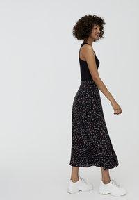 PULL&BEAR - MIT BLUMENPRINT UND BEINSCHLITZ  - Maxi skirt - black - 3