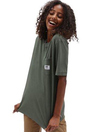 WM CLASSIC PATCH POCKET - Print T-shirt - thyme