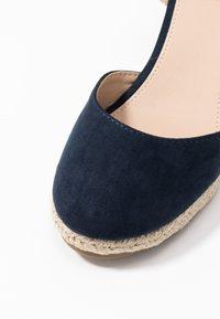 mtng - NEW PALMER - Sandaler med høye hæler - marino/beige - 2