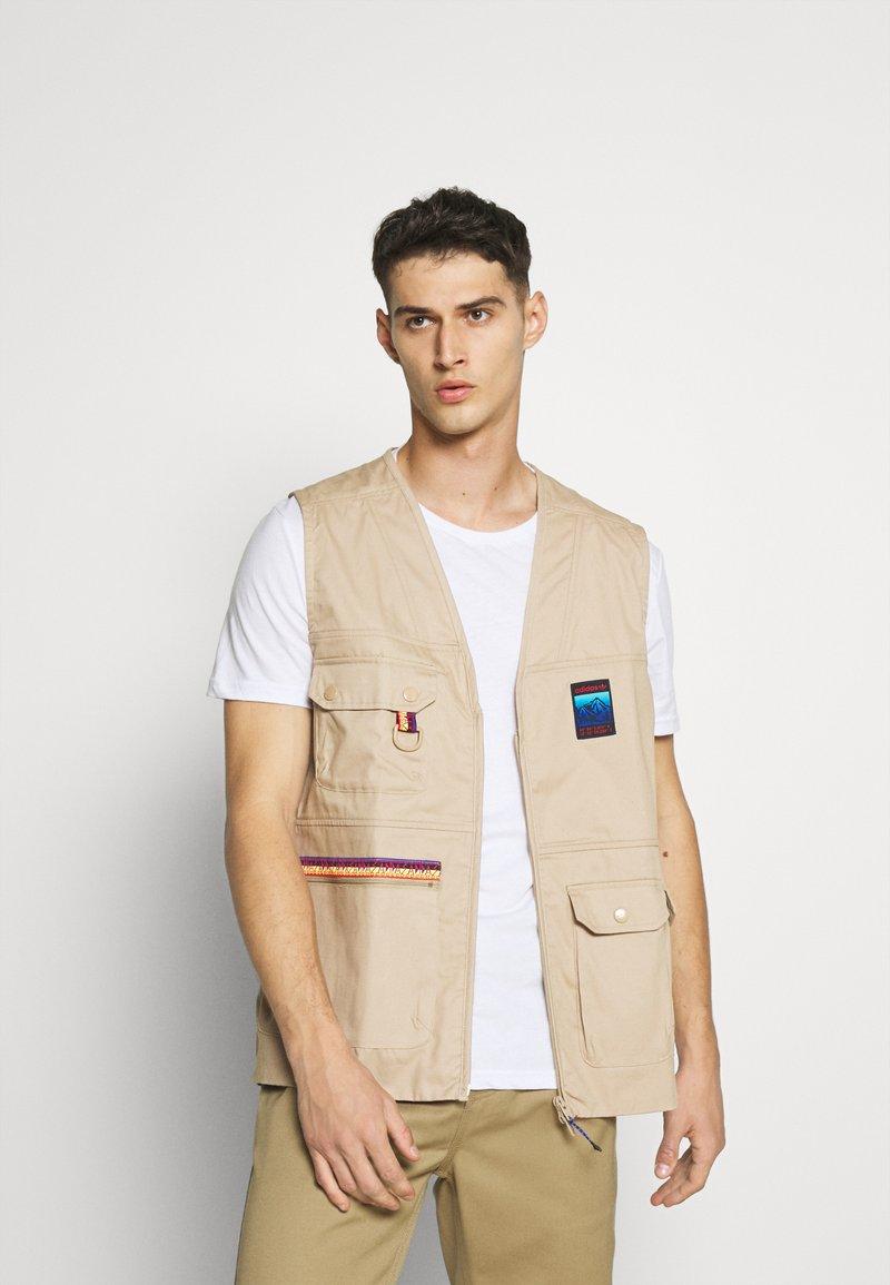 adidas Originals - GILET SPORTS INSPIRED REGULAR VEST - Waistcoat - trace khaki