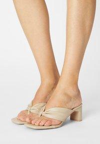 RAID - NARYN - Sandály s odděleným palcem - nude - 0