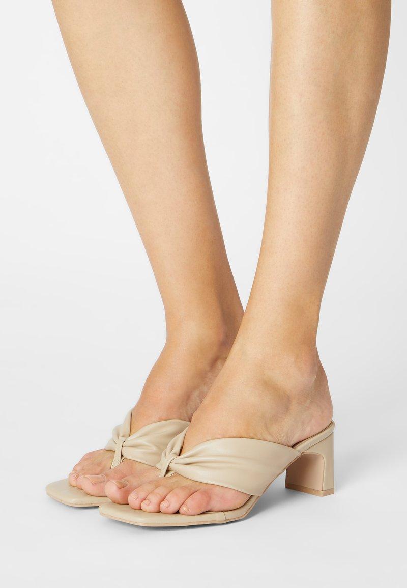 RAID - NARYN - Sandály s odděleným palcem - nude