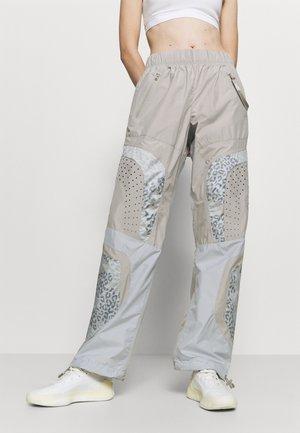 TRAIN PANT - Teplákové kalhoty - light browsh
