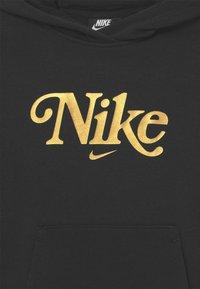 Nike Sportswear - PLUS CLUB ENERGY - Collegepaita - black/metallic gold - 2