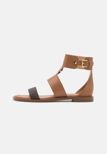 AMOS FLAT  - Ankle cuff sandals - luggage