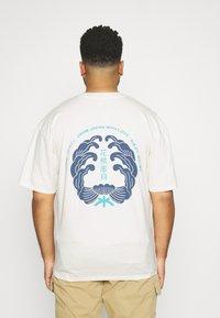 Edwin - MONDOKORO - Print T-shirt - whisper white - 2