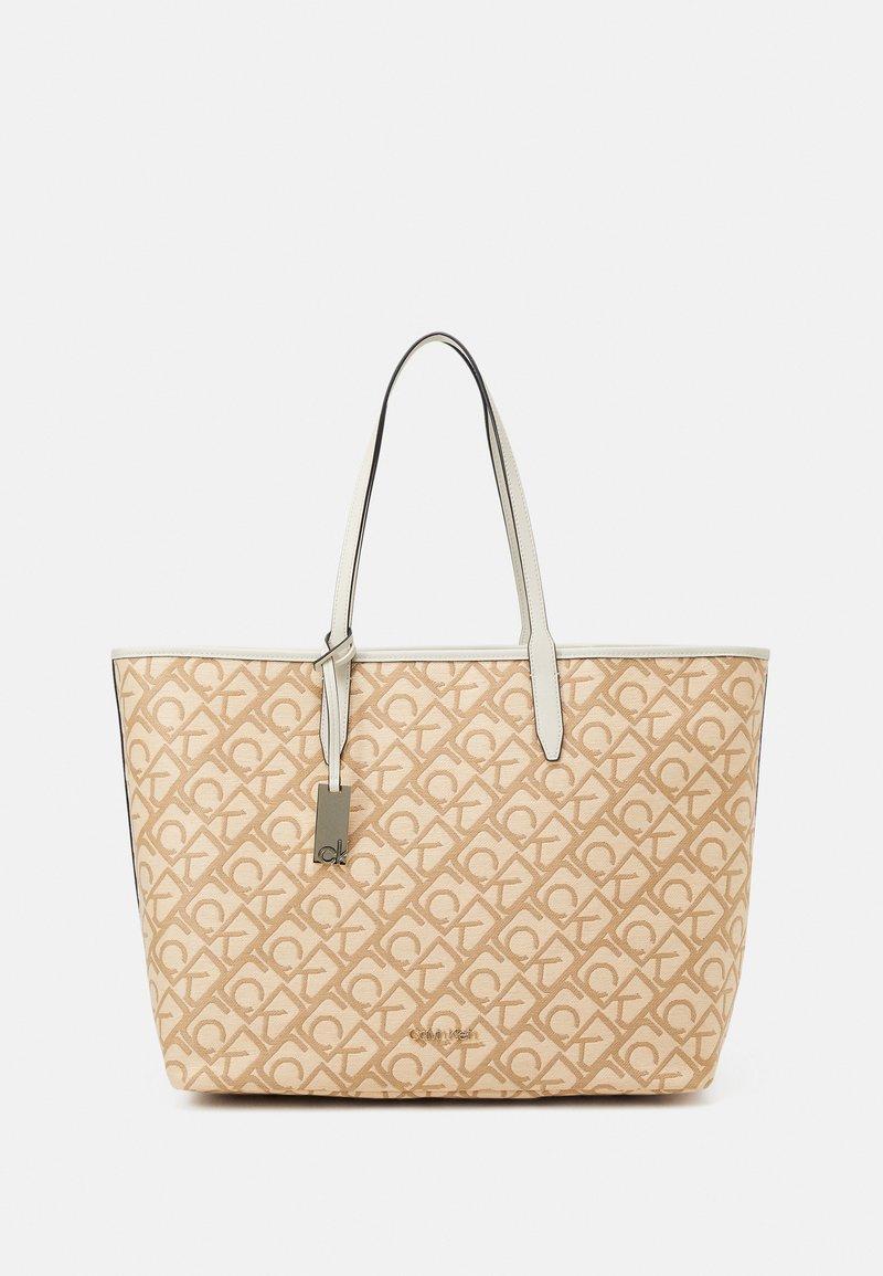 Calvin Klein - SHOPPERLAPTOP POUCH RAFFIA SET - Torba na zakupy - beige