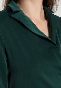 Glamorous - CROP WRAP BLAZER WITH BACK OR FRONT TIE DETAIL - Blouse - deep green - 4