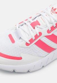 adidas Originals - ZX 1K BOOST UNISEX - Zapatillas - footwear white/hazy rose/halo silver - 5