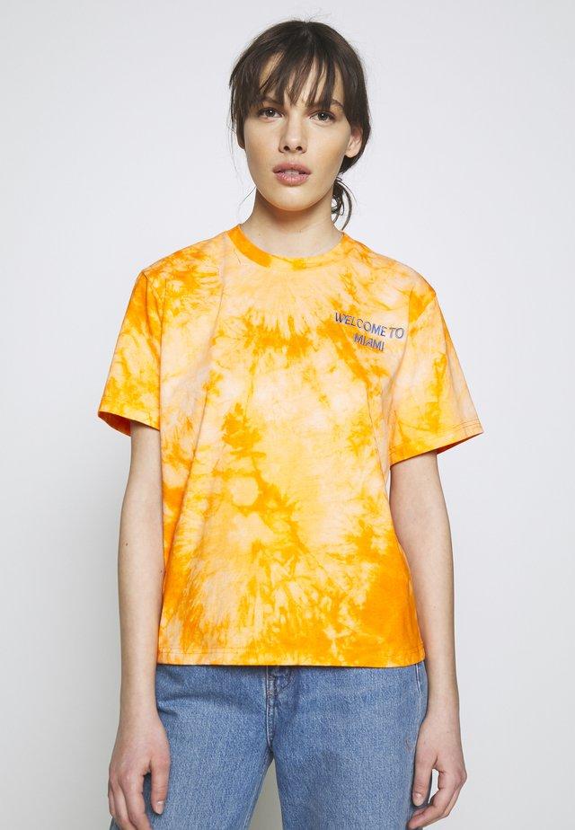 ROSEMARY MIAMI - Print T-shirt - orange