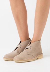 Clarks Originals - DESERT BOOT - Casual lace-ups - sand - 0