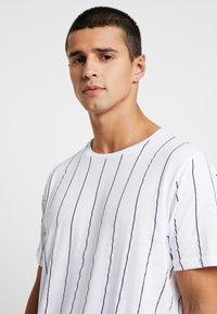 Brave Soul - STOBART - T-shirts med print - optic white/rich navy - 4